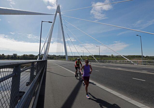 Un corredor y un ciclista (imagen referencial)