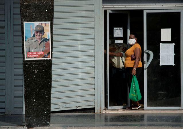 Una imagen de Raúl Castro, expresidente de Cuba, en la calle durante la pandemia del COVID-19