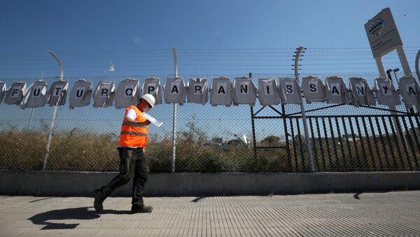 Un trabajador de la fábrica de Nissan en Barcelona, España - Sputnik Mundo