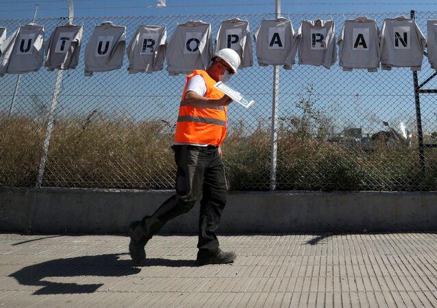 Un trabajador de la fábrica de Nissan en Barcelona, España
