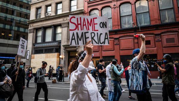 Masiva protesta en Nueva York contra el racismo y la brutalidad policial  - Sputnik Mundo