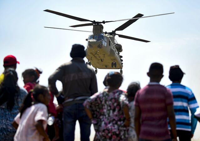 Helicóptero estadounidense llegando a una zona fronteriza de Colombia con Venezuela