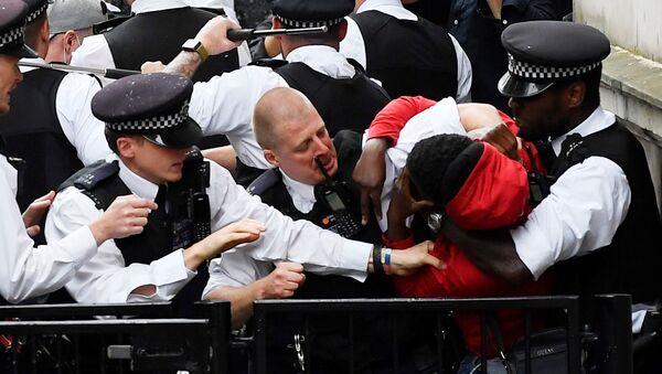 Manifestantes y policías se enfrentan cerca de Downing Street durante una protesta de 'Black Lives Matter' en Londres. El asesinato de George Floyd a manos de un policía en Minneapolis desató una serie de manifestaciones en varias partes de EEUU, que se han extendido a Europa, como respuesta a la violencia policial y el racismo que sufre la comunidad afrodescendiente. - Sputnik Mundo