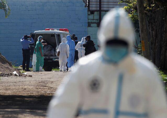 Un médico en Honduras durante brote de coronavirus