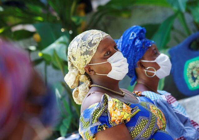 Dos mujeres con mascarillas en Haití durante el brote de coronavirus