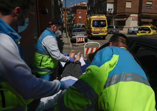 Médicos transportan a un paciente con coronavirus en España