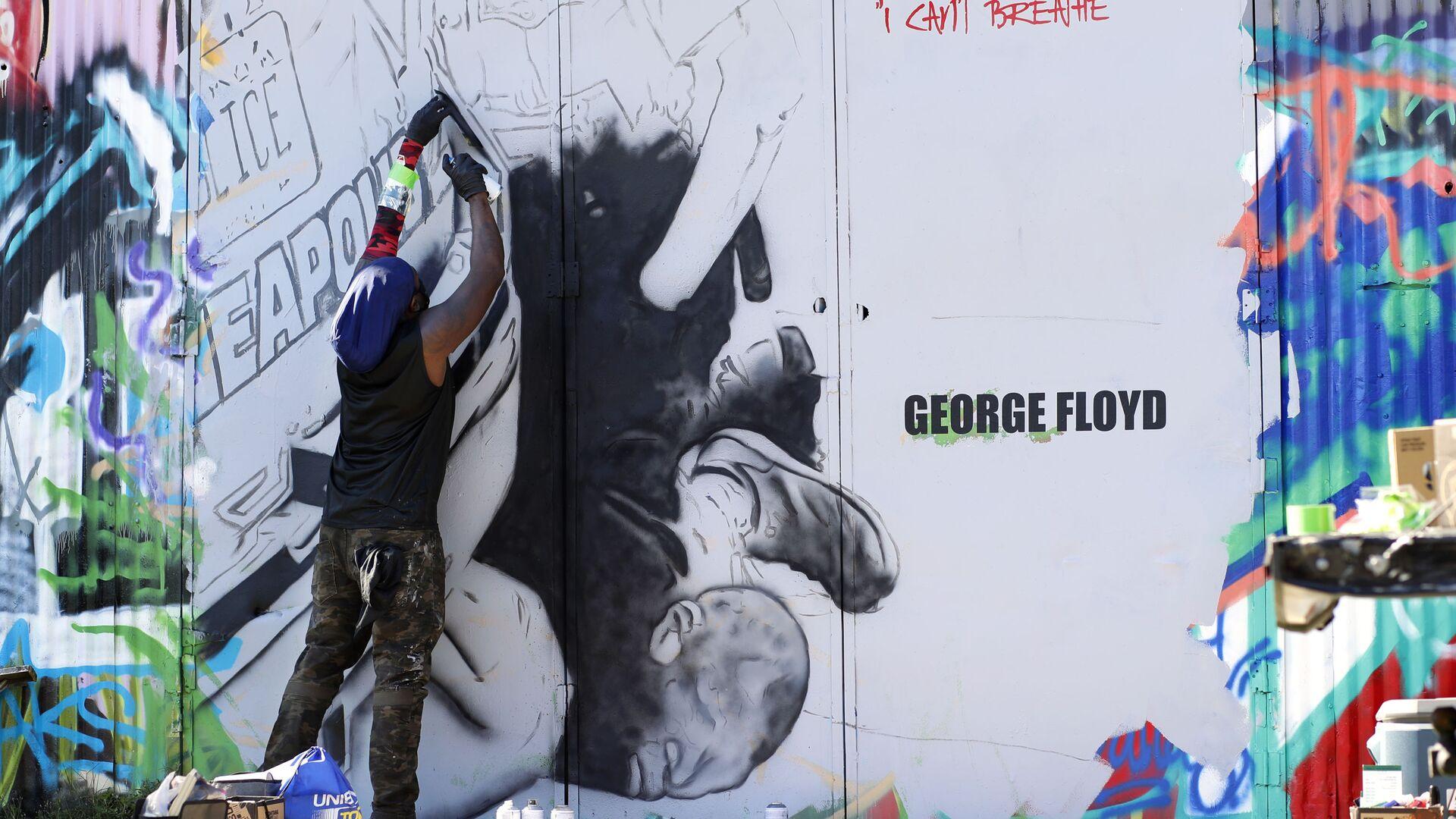 Американский художник Theo Ponchaveli работает над граффити в память о Джордже Флойде - Sputnik Mundo, 1920, 24.05.2021