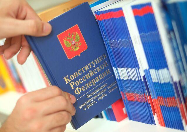 Un ejemplar de la Constitución de Rusia