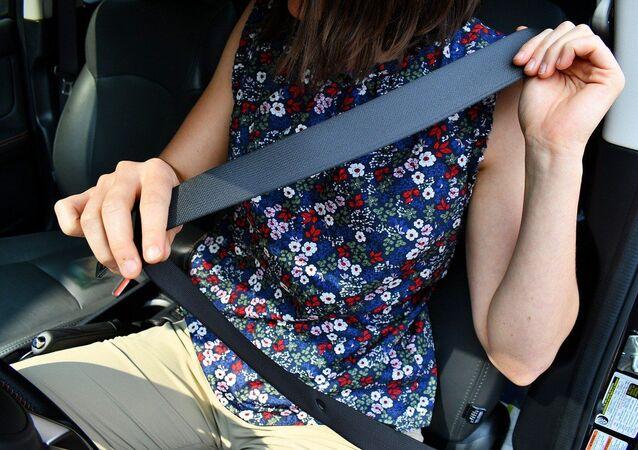 Una mujer se abrocha en un coche
