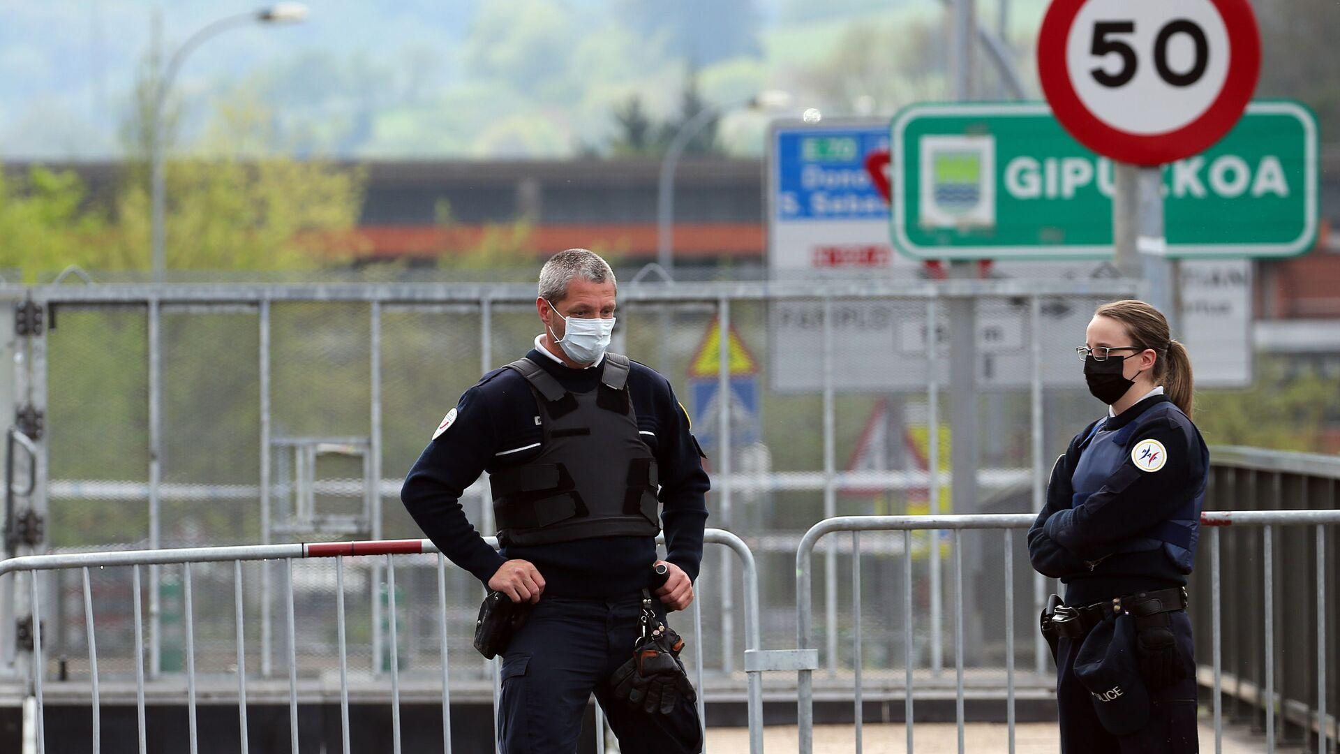 Policías en mascarillas en la frontera entre España y Francia - Sputnik Mundo, 1920, 17.03.2021