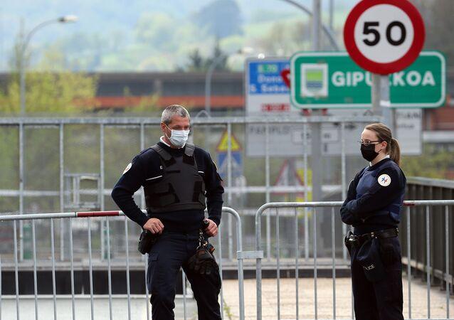 Policías en mascarillas en la frontera entre España y Francia
