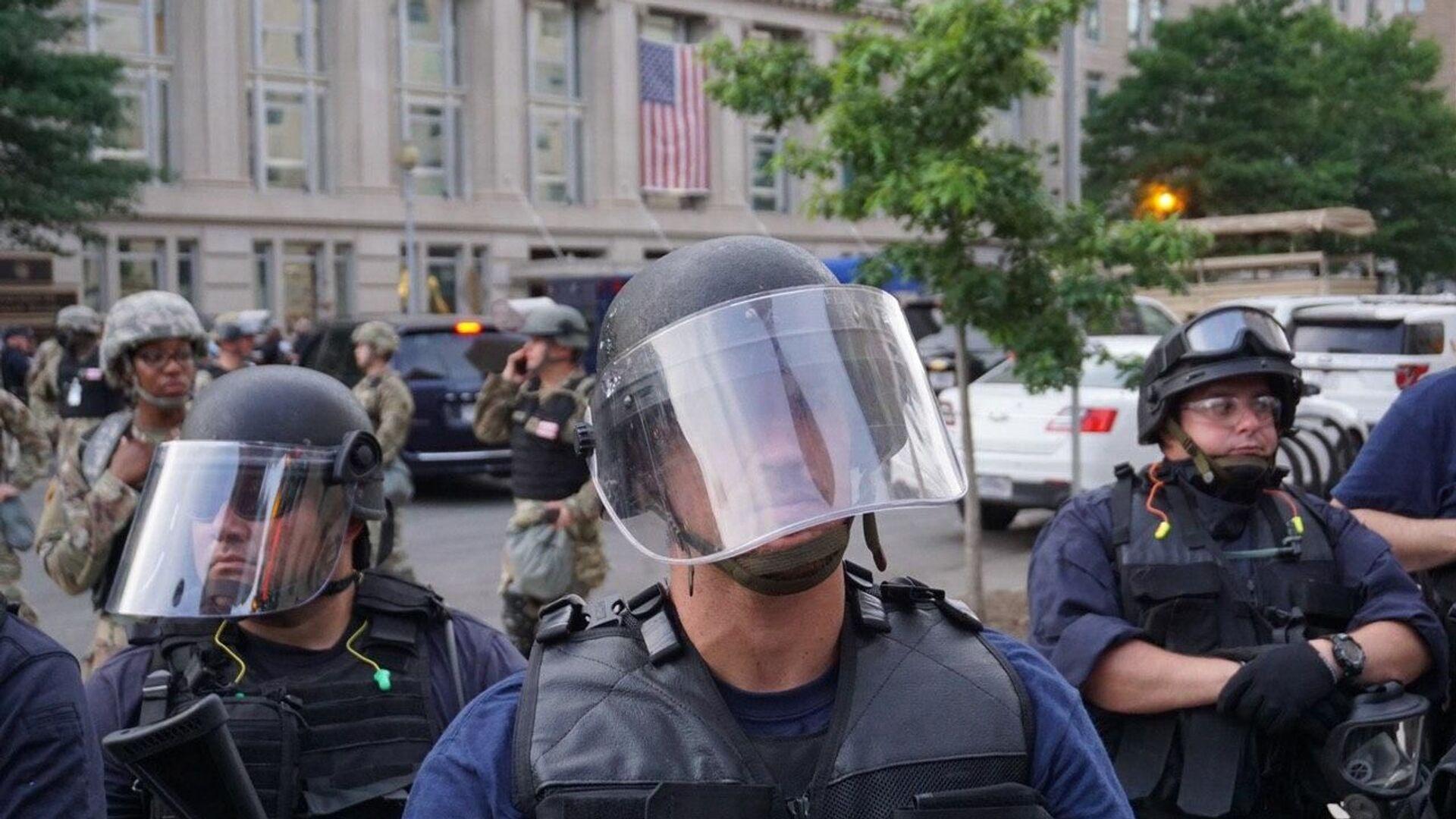 Policía durante las protestas en Washington, EEUU - Sputnik Mundo, 1920, 12.04.2021
