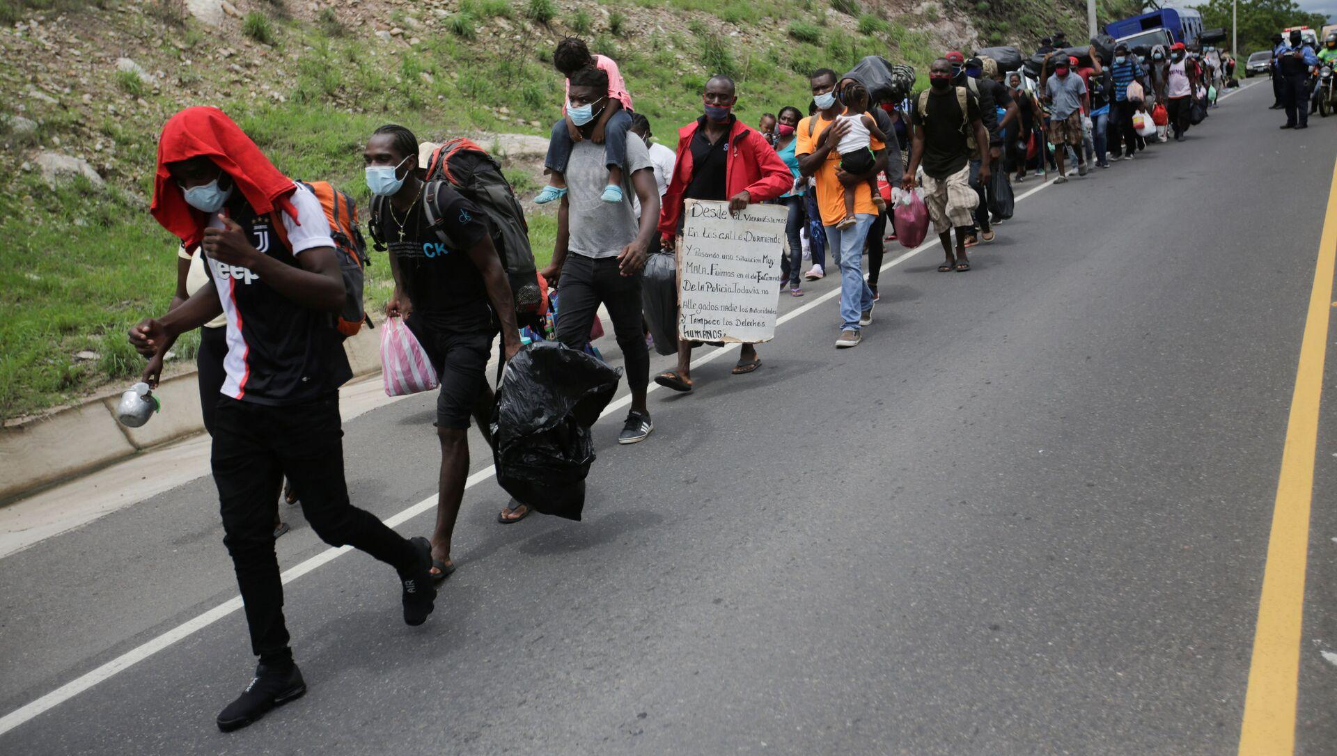 Migrantes de Cuba, África y Haití en una carretera en Honduras - Sputnik Mundo, 1920, 04.06.2020
