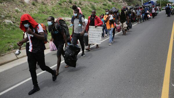 Migrantes de Cuba, África y Haití en una carretera en Honduras - Sputnik Mundo