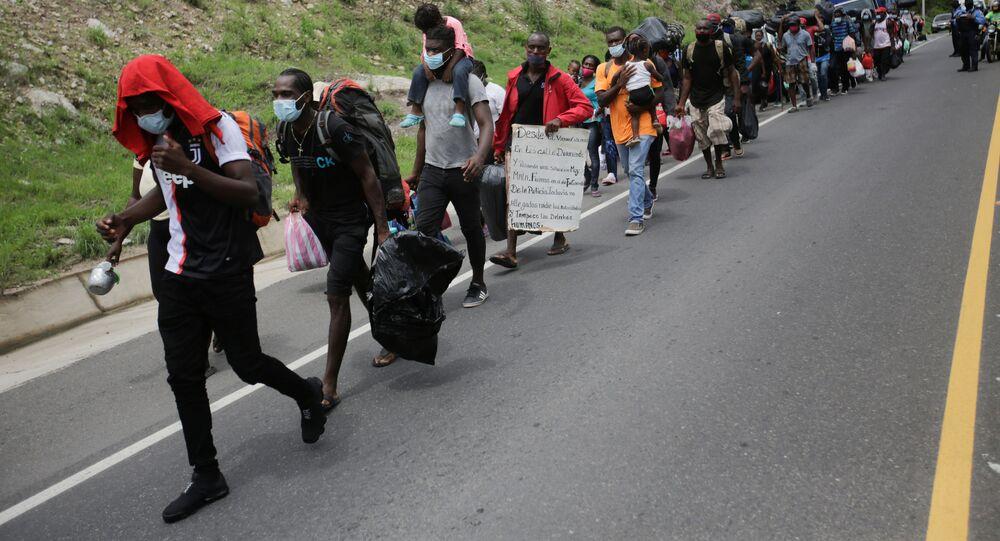 Migrantes de Cuba, África y Haití en una carretera en Honduras