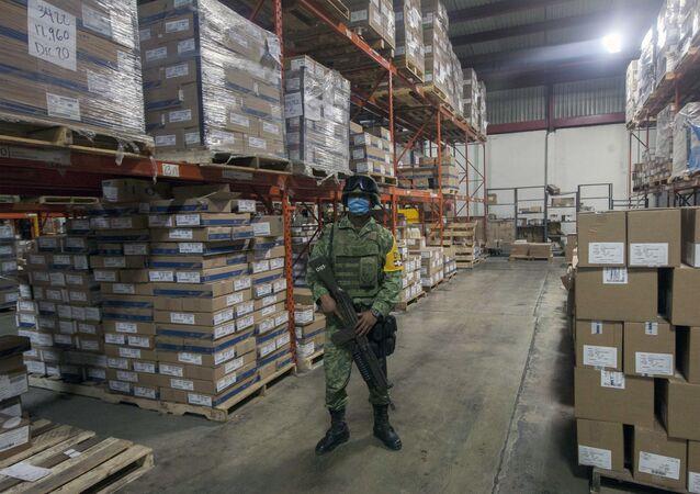 Soldado vigila un almacén con material médico en la ciudad mexicana de Monterrey (imagen referencial)
