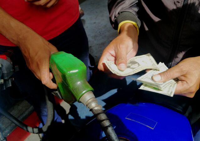 Pago de gasolina con dólares en gasolinera Las Mercedes, Caracas