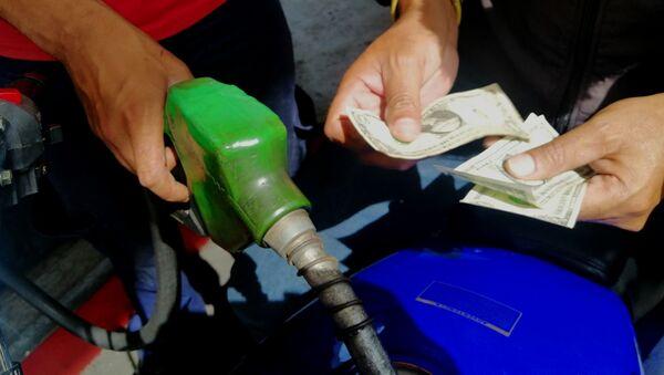 Pago de gasolina con dólares en gasolinera Las Mercedes, Caracas - Sputnik Mundo