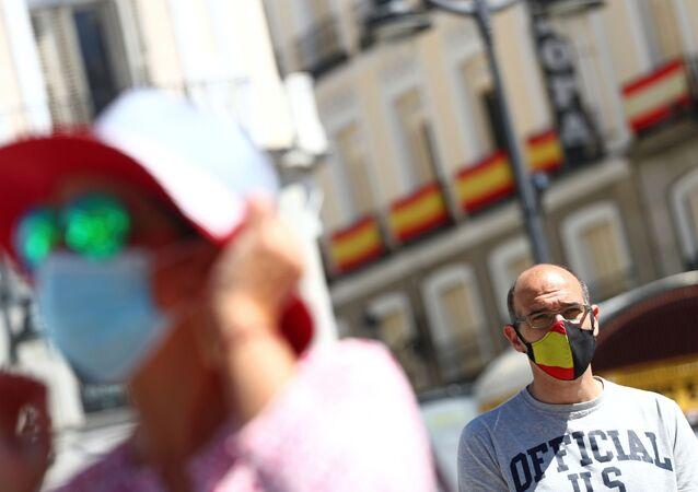 Gente con mascarillas en Madrid durante el desconfinamiento tras el brote de coronavirus en España