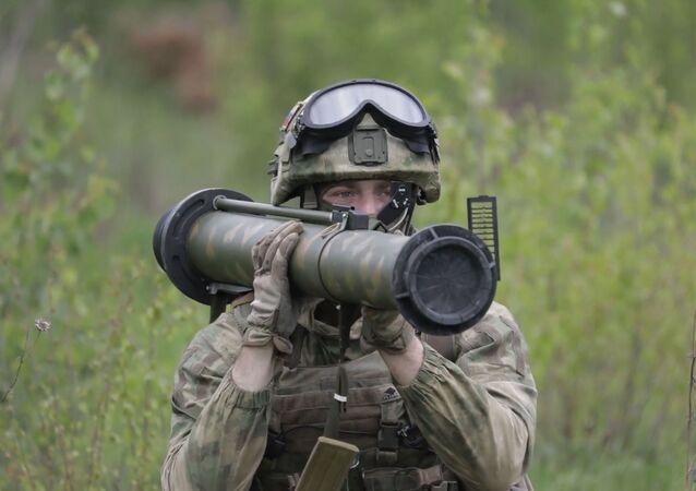Militares rusos destruyen un blindado con lanzagranadas RShG-2
