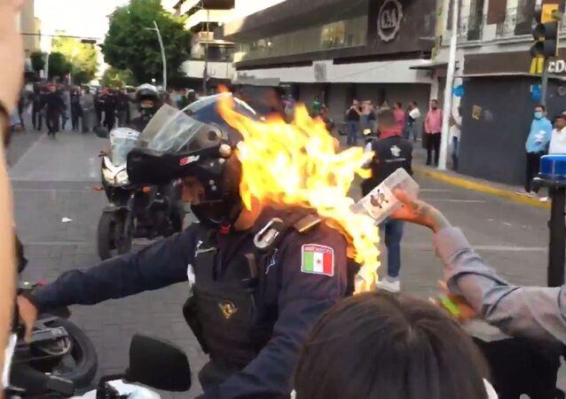 Prenden fuego a un policía en Guadalajara durante una protesta contra la violencia policial