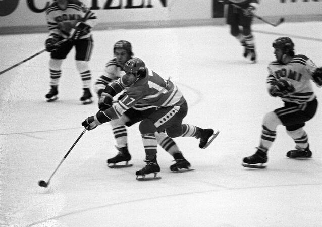 Valery Jarlámov, la leyenda soviética del hockey durante el partido URSS-Finlandia