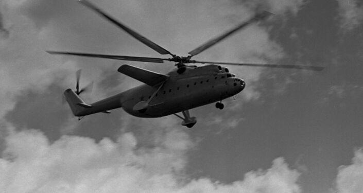 Un Mi-6 soviético vuela al lado de su hermano pequeño, el Mi-2.