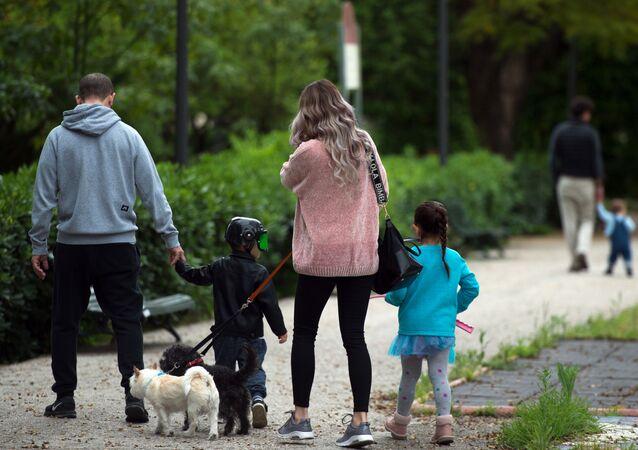Familia de paseo en Sevilla