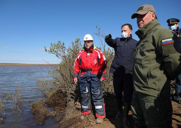 El ministro de Emergencias ruso, Evgueni Zinichev, en el escenario del derrame de combustible en Norilsk