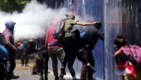 Manifestantes atacan un cordón policial alrededor de la Embajada de EEUU en México, el 5 de junio de 2020 - Sputnik Mundo