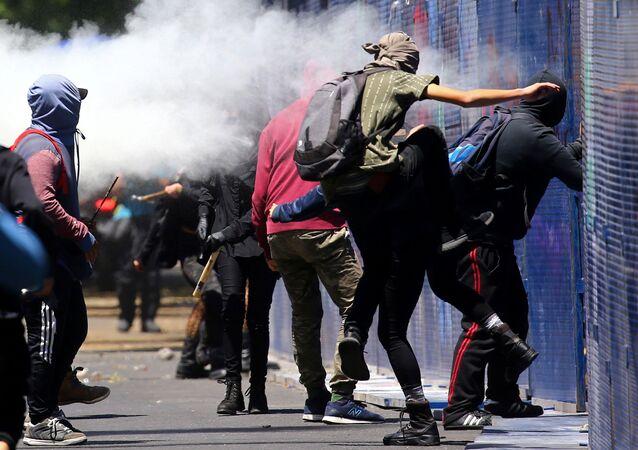 Manifestantes atacan un cordón policial alrededor de la Embajada de EEUU en México, el 5 de junio de 2020