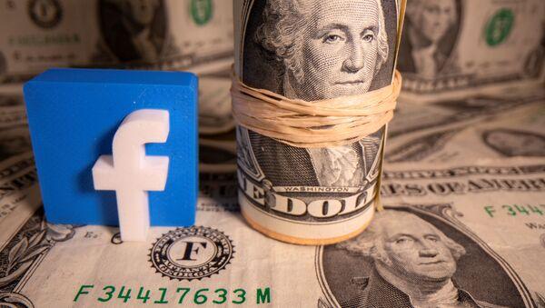Un logo de la red social Facebook y un fajo de dólares estadounidenses - Sputnik Mundo