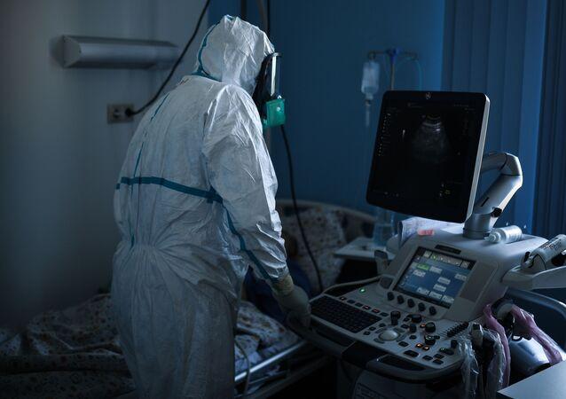 El personal médico lleva un traje protector en un hospital ruso para pacientes con COVID-19