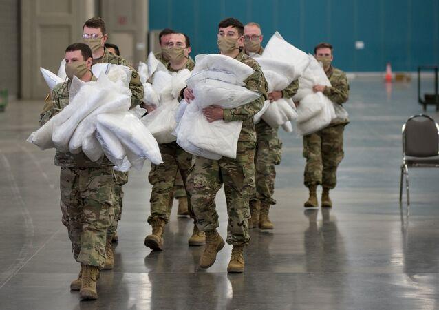 Soldados estadounidenses con almohadas (archivo)