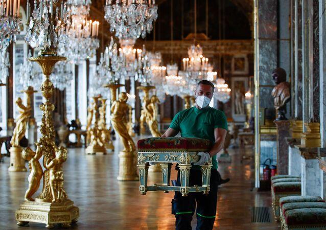 Empleados preparan el interior del Palacio de Versalles para la reapertura