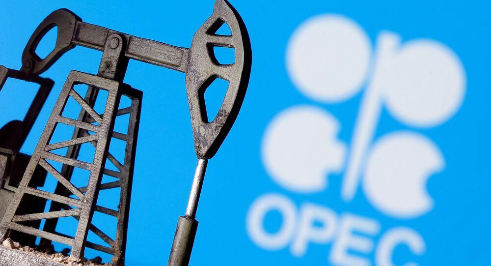 El logo de OPEP y una bomba de petróelo impresa en 3D