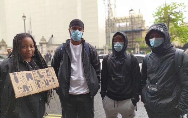 Saul, un estudiante en Londrés durante las protestas (segundo de la izquierda) - Sputnik Mundo