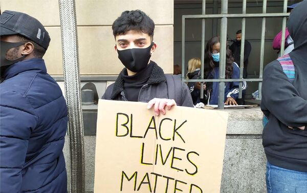 Saif, un estudiante de la Universidad de Westminster, en las protestas en Londres - Sputnik Mundo