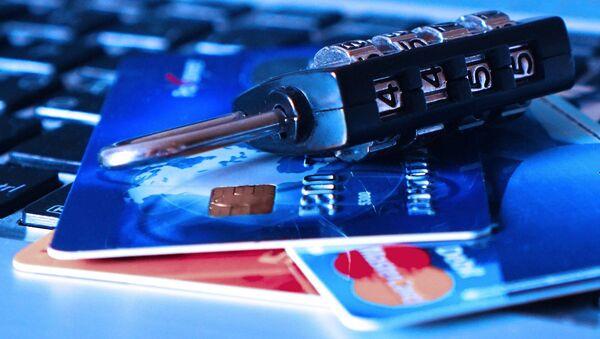 Tarjetas de crédito y un candado  - Sputnik Mundo
