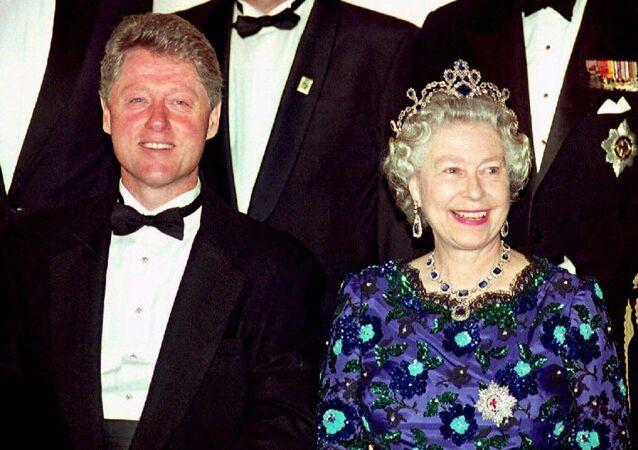 Bill Clinton junto a la reina Isabel II, en 1994