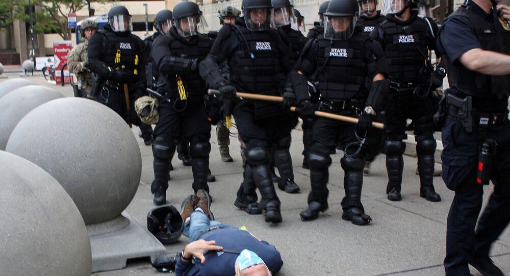 Policías de la ciudad de Buffalo durante las protestas