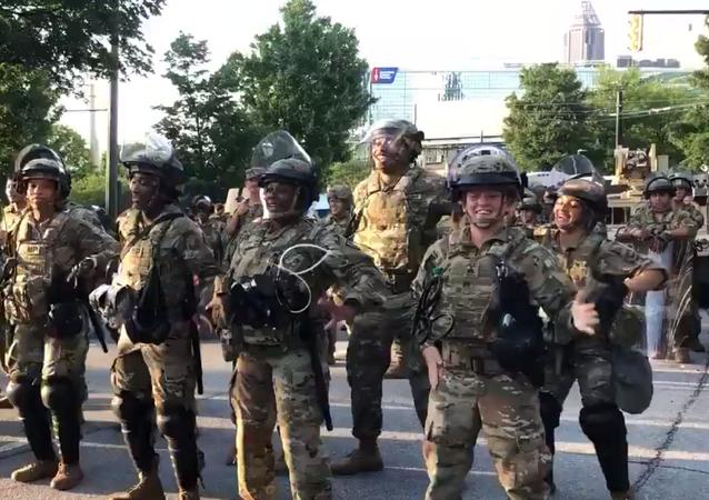 Soldados de EEUU bailan la 'Macarena' en Atlanta (Georgia)