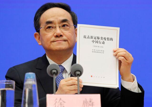 Xu Lin, vicepresidente del Departamento de Publicidad del Partido Comunista chino sostiene el libro blanco sobre COVID-19
