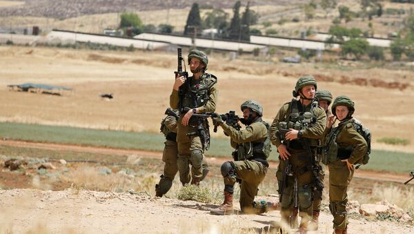 Militares israelíes apuntan a palestinos durante protestas contra la anexión de Cisjordania por Israel - Sputnik Mundo