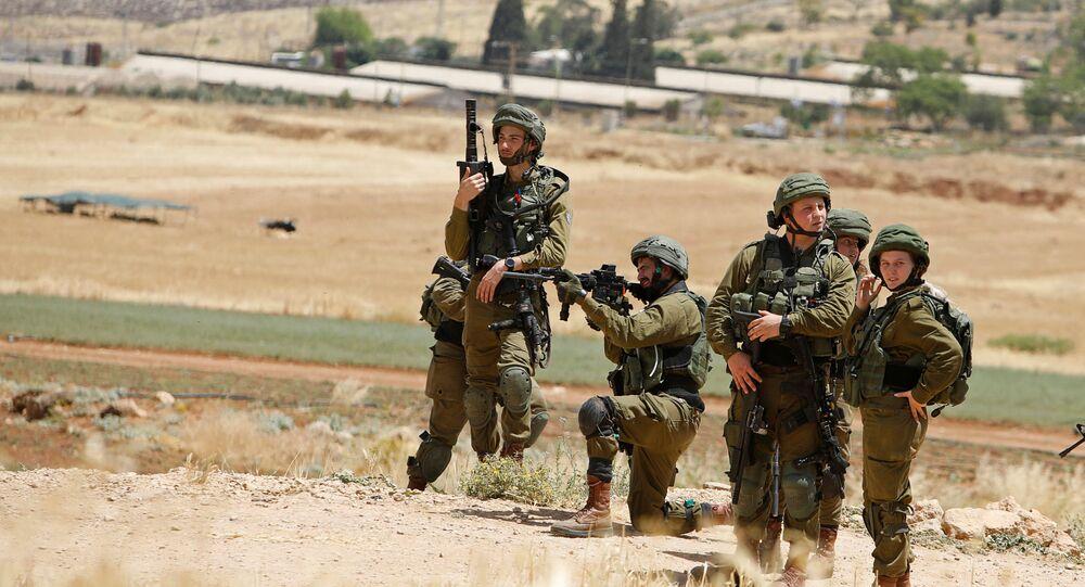 Militares israelíes apuntan a palestinos durante protestas contra la anexión de Cisjordania por Israel