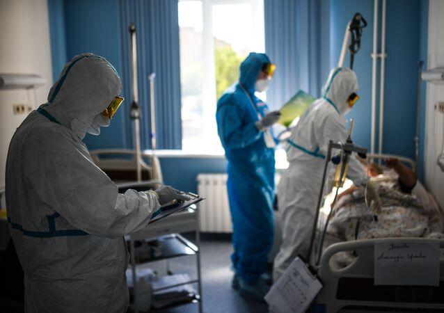 Médicos atienden a pacientes con coronavirus en Rusia