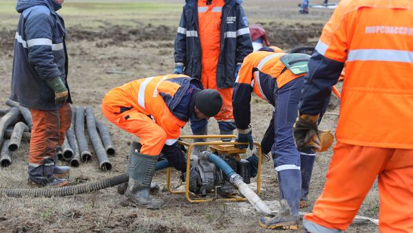 El personal de Emergencias de Rusia en el lugar del derrame en Norilsk - Sputnik Mundo