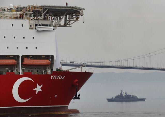 Un buque perforador turco escoltado por un buque mlitar