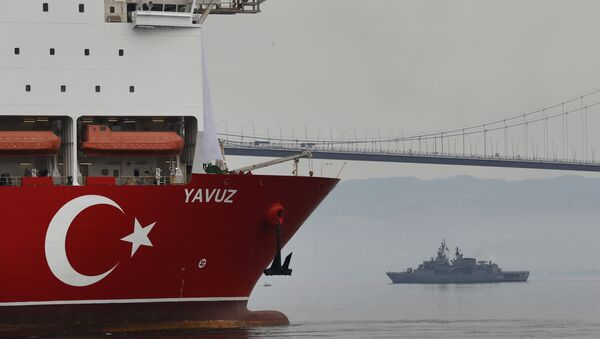 Un buque perforador turco escoltado por un buque mlitar - Sputnik Mundo
