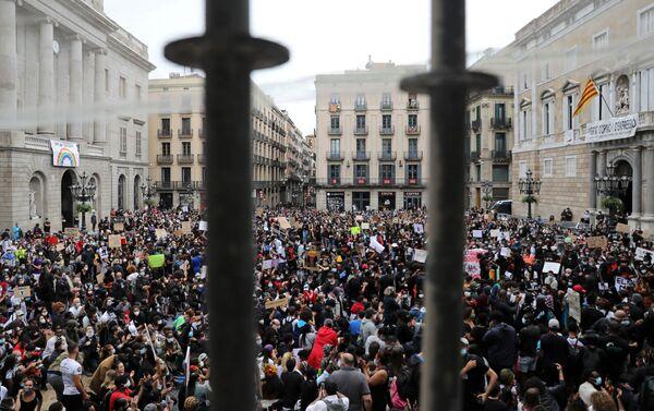 Protestas por el asesinato de George Floyd en Barcelona - Sputnik Mundo